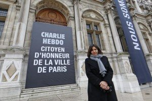 706187-paris-mayor-anne-hidalgo-poses-near-a-banner-which-reads-charlie-hebdo-honorary-citizen-of-paris-dis